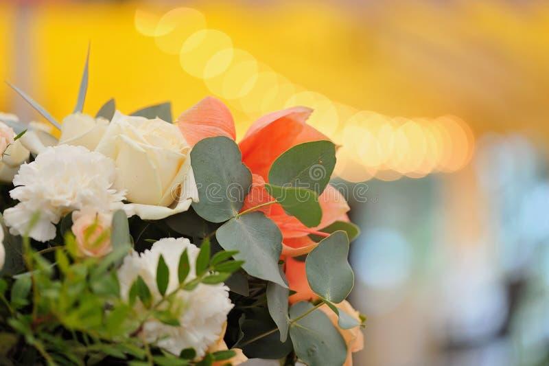 розы перлы приглашения украшения декора карточки boutonniere предпосылки wedding белизна Красивые цветки в букете, крупном плане стоковые фото