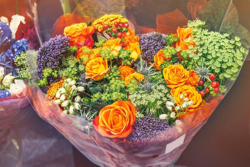 Розы розовых современных разнообразий с гортензией и цветками Alstroemeria в букете в плетеной корзине как подарок Селективное fo стоковая фотография