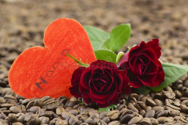 розы сердец бумажные красные стоковые фото
