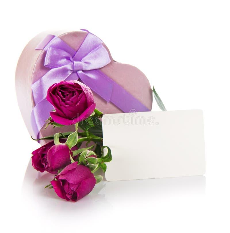 Розы, сердце подарка с лентой и пустая карточка стоковое изображение rf