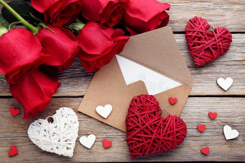 Розы с красными сердцами стоковое изображение