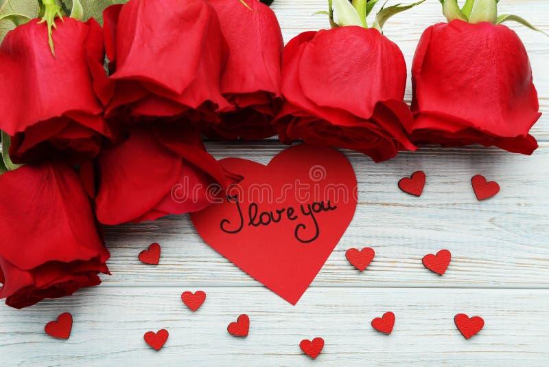 Розы с красными сердцами стоковая фотография