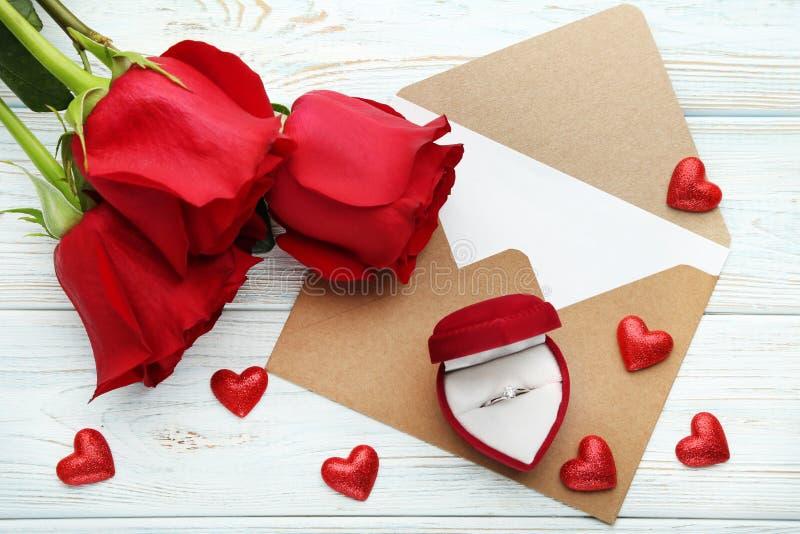 Розы с серебряными кольцом и конвертом стоковая фотография rf