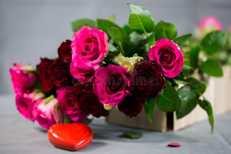 Розы с сердцем к валентинке, днем рождения стоковая фотография rf