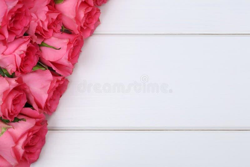 Розы цветут на валентинка или День матери на деревянной доске стоковая фотография rf