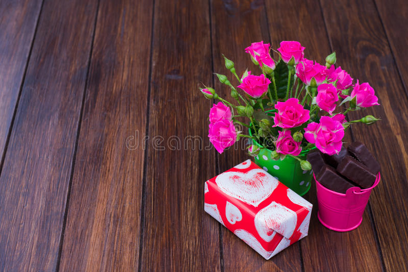 Розы, шоколады и подарок стоковые изображения rf