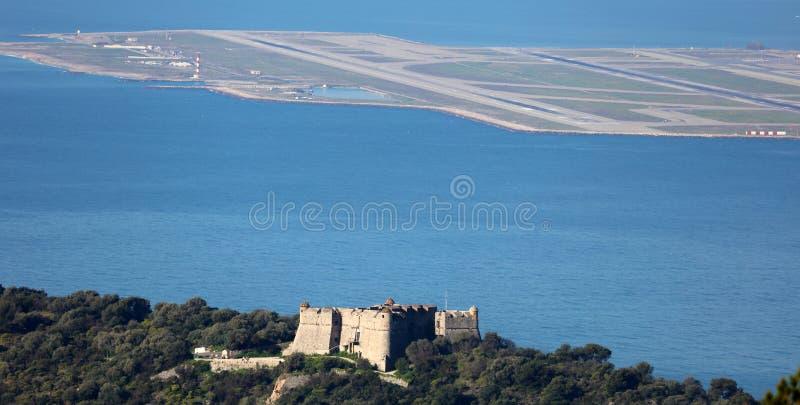 Рокируйте в горе с современным авиапортом на славной французской ривьере, среднеземноморском побережье, Eze, St Tropez, Канн и Мо стоковая фотография rf
