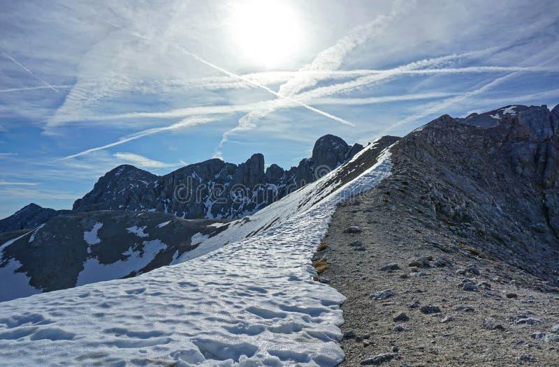 Рокки-хребет, наполовину покрытый снегом стоковое фото