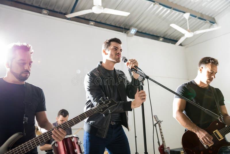 Рок-группа в выставке музыки стоковое изображение rf