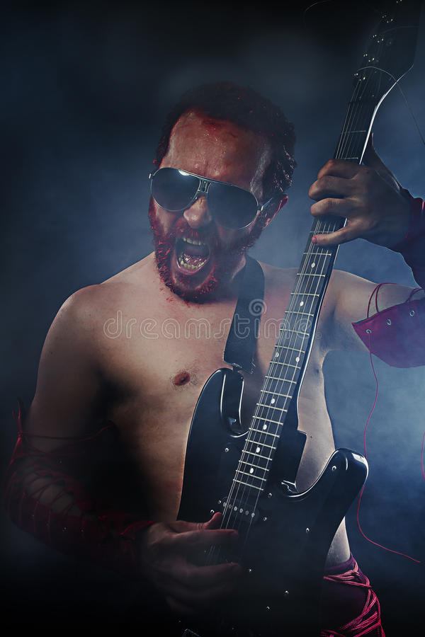 Рок-звезда играя solo на гитаре. гитарист стоковые фото