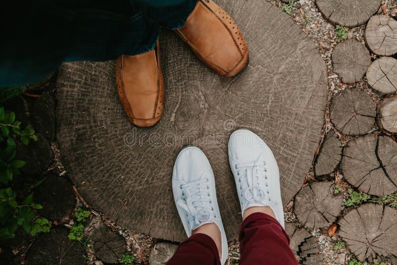 Романс лета Ноги человека и женщины на деревянной дорожке стоковая фотография