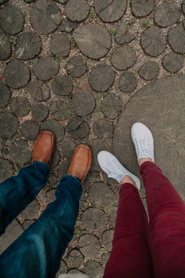 Романс лета Ноги человека и женщины на деревянной дорожке стоковое изображение rf