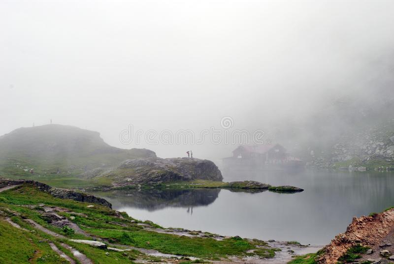 романс на озере в тумане стоковые фото