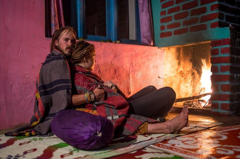 Романс ночи против лозы пожара стоковое изображение rf