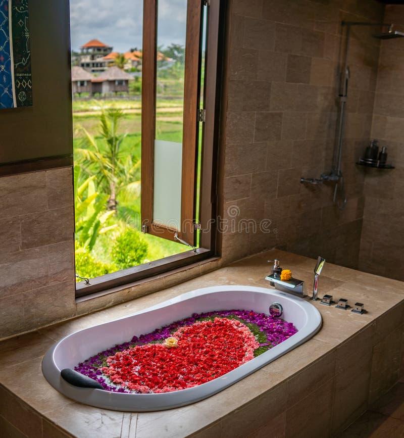 Романтическая баня с цветами стоковое изображение rf
