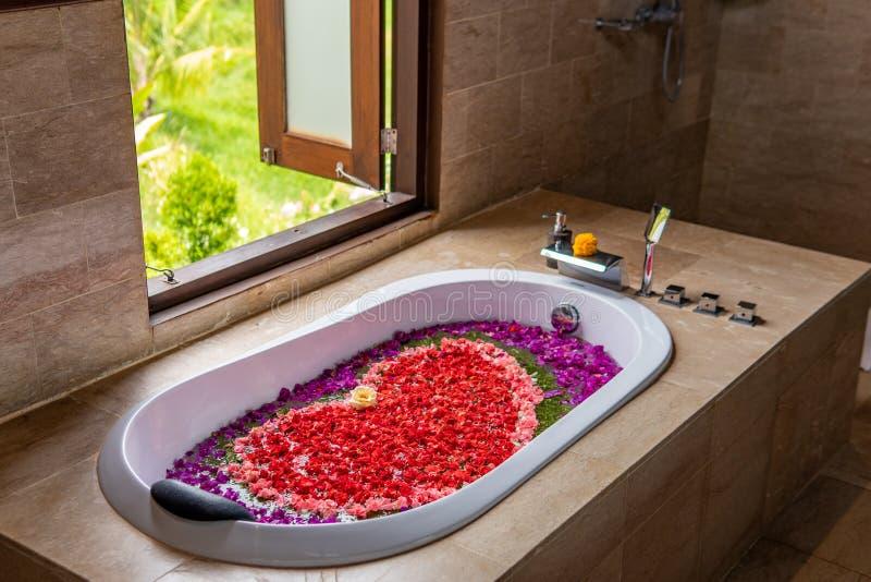 Романтическая баня с цветами стоковые изображения