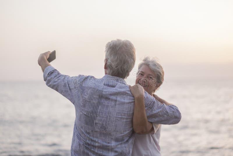 Романтические люди обнимают пару пожилых мужчин и женщин стоковые фотографии rf