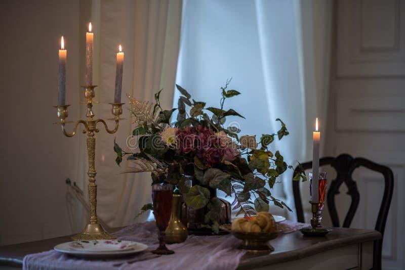 Романтичная атмосфера с свечами свечки таблицы Конец-вверх стоковое изображение