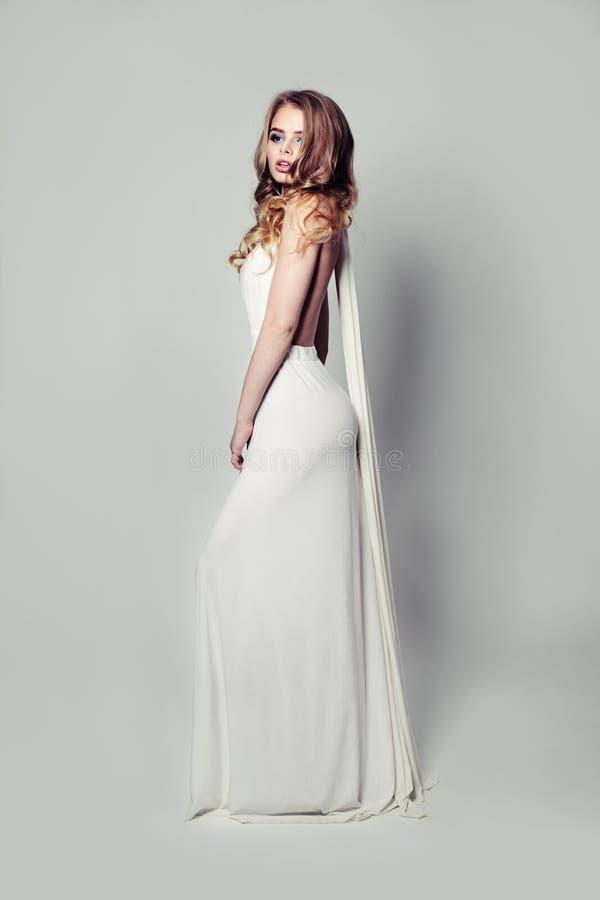 Романтичная белокурая красота в белом платье стоковые изображения rf