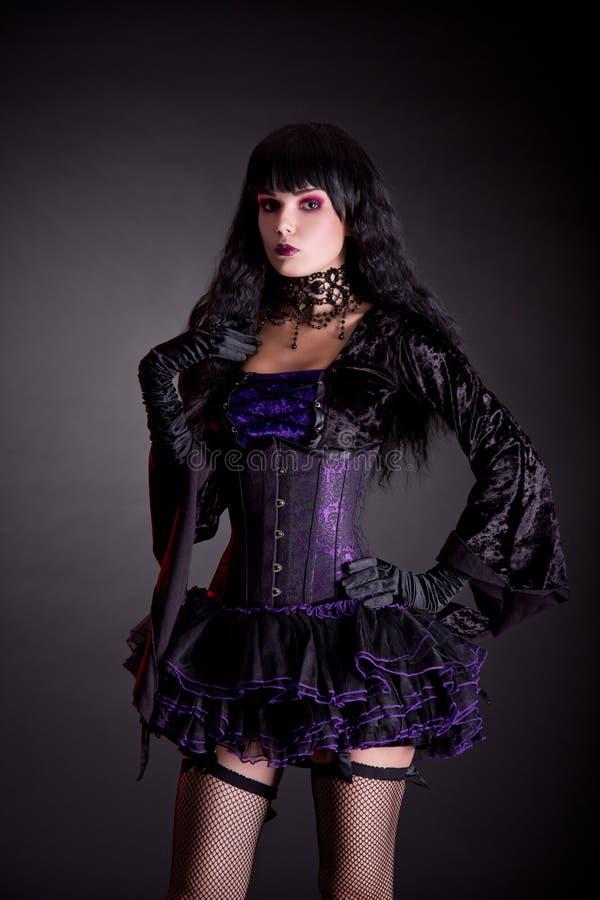 Романтичная готическая девушка в фиолетовом и черном обмундировании стоковое изображение rf