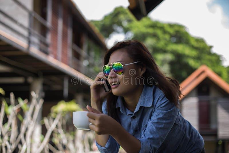 Романтичная девушка идя в поле стоковые фотографии rf