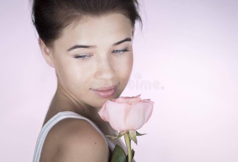Романтичная девушка с розой стоковая фотография