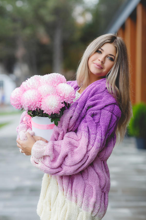 Романтичная женщина с цветками в их руках стоковое изображение