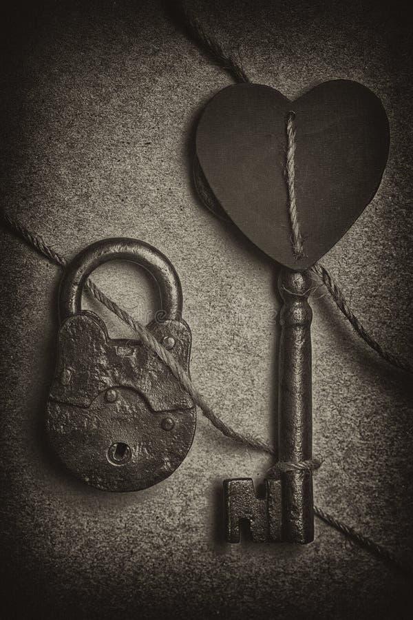 Романтичная концепция - сердце, ключ и замок стоковые изображения rf