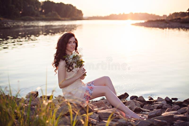 Романтичная красивая девушка на заходе солнца стоковые фотографии rf