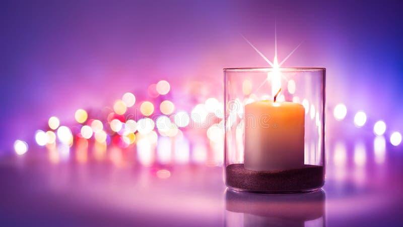 Романтичная ноча с предпосылкой света горящей свечи и bokeh Новый Год или стоковые изображения rf