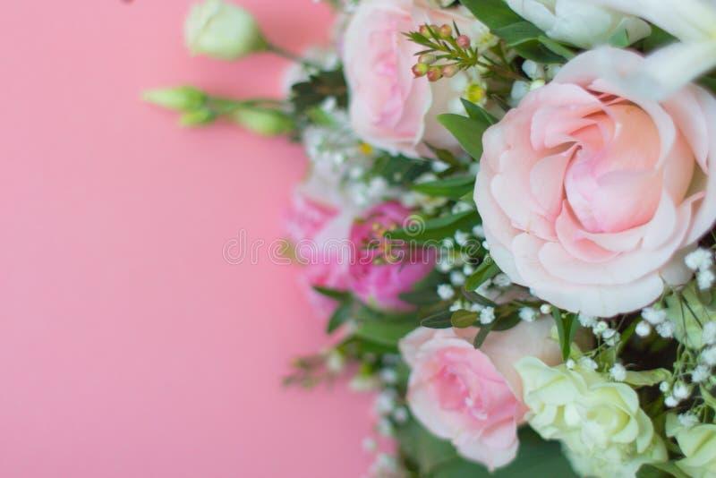 Романтичная предпосылка с розовыми цветками стоковые изображения rf