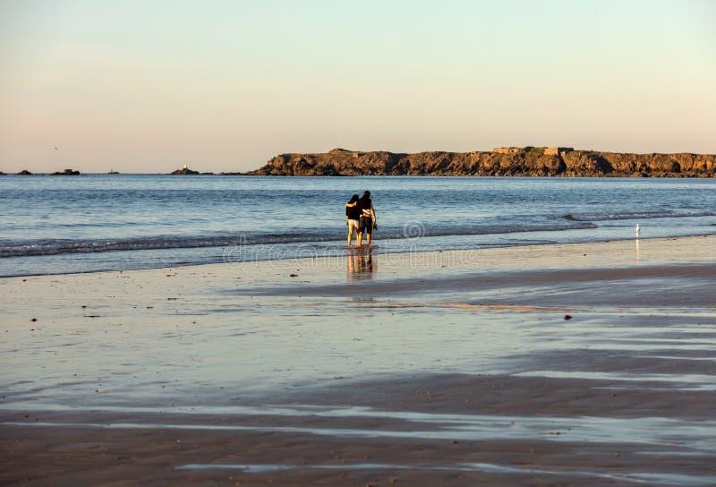 Романтичная прогулка пары в любов на пляже в Святом Malo brittani стоковые изображения