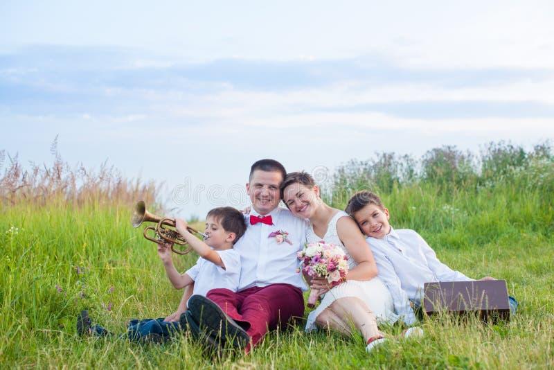 Романтичная семья в поле на зареве вечера стоковое изображение rf