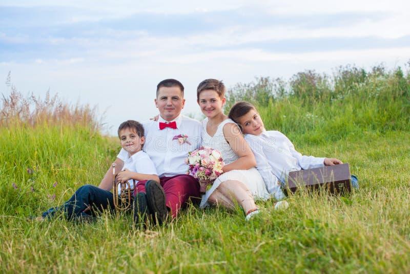 Романтичная семья в поле на зареве вечера стоковая фотография rf