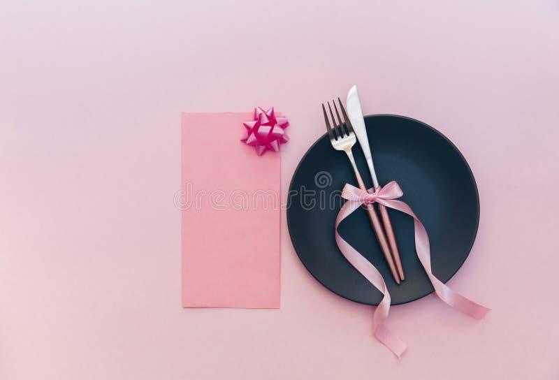 Романтичная сервировка стола праздника на розовой предпосылке для поставлять еду, стоковая фотография