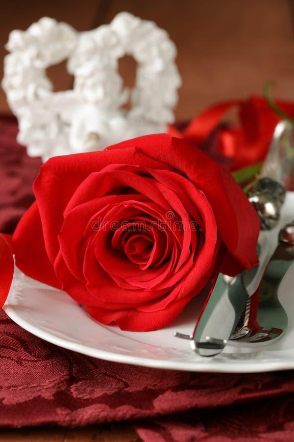 Романтичная сервировка стола с розами для валентинки St. стоковая фотография