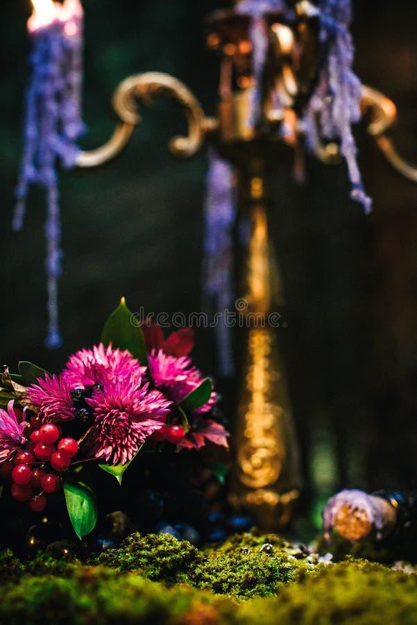 Романтичная таблица с мхом, свечами капать стоковые фото