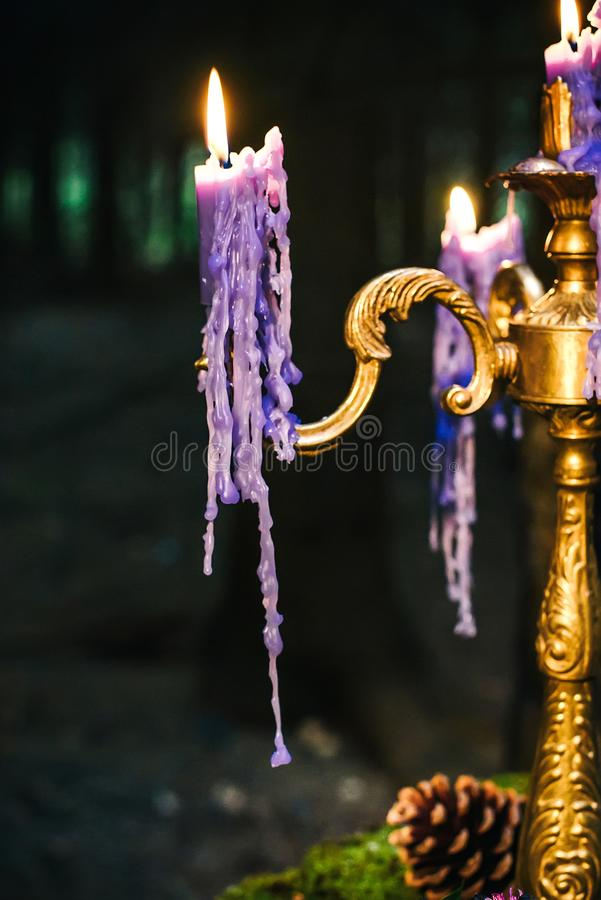 Романтичная таблица с мхом, свечами капать стоковая фотография