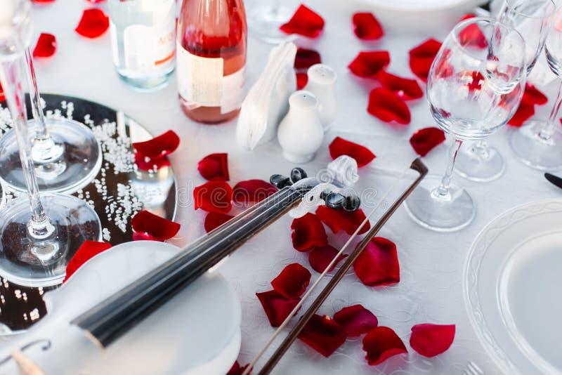 Романтичная установка обедающего, красное украшение с светом свечи в ресторане стоковое фото rf