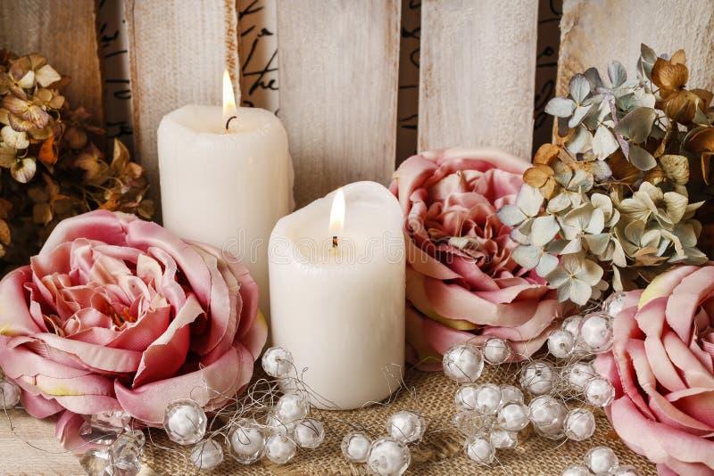 Романтичная цветочная композиция с розами и свечами стоковое изображение
