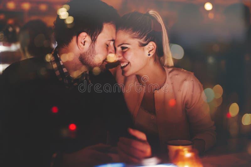 Романтичное датировка пар в пабе стоковые фото
