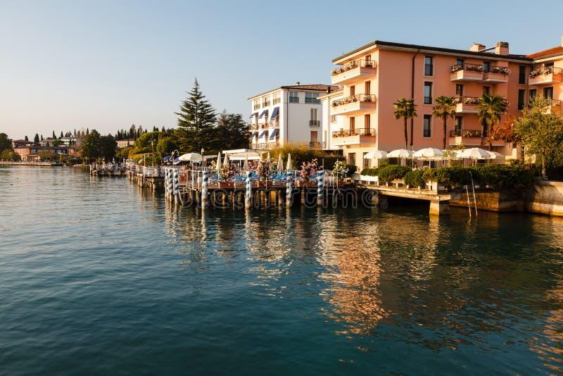 Романтичное кафе на береге озера Garda стоковая фотография