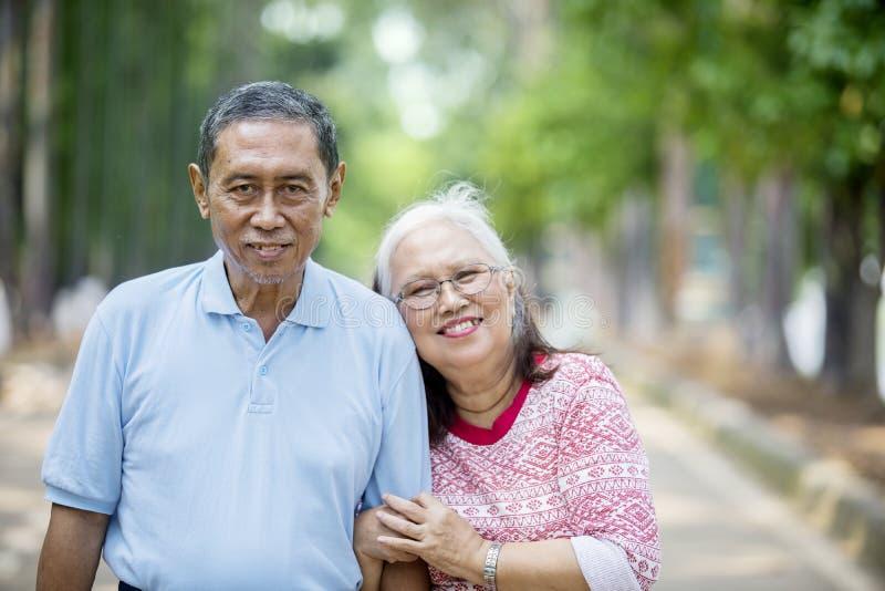 Романтичное пожилое положение пар на дороге стоковое изображение