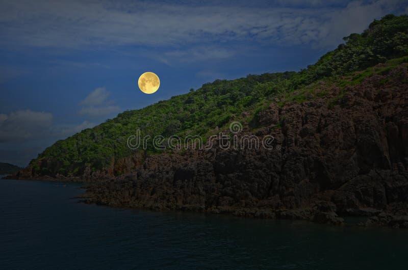 Романтичное полнолуние над островом и морем стоковое изображение rf