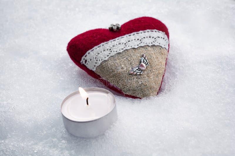 Романтичное сердце плюша валентинки с, который подогнали сердцем металла на льде кроме мирного Tealight стоковые изображения