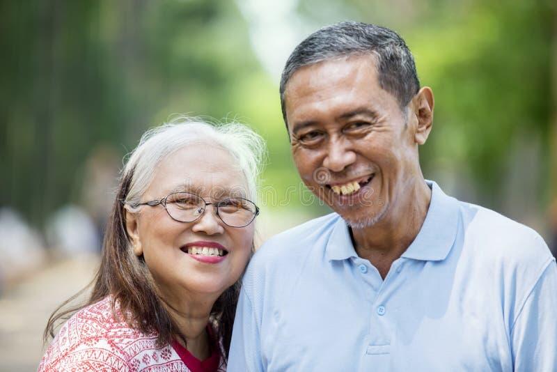 Романтичное старое положение пар в парке стоковые фотографии rf