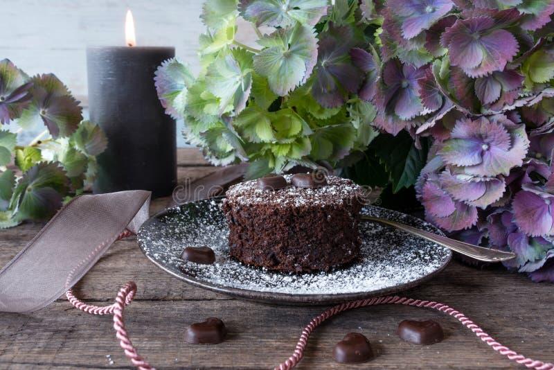 Романтичное украшение с шоколадным тортом стоковые изображения rf