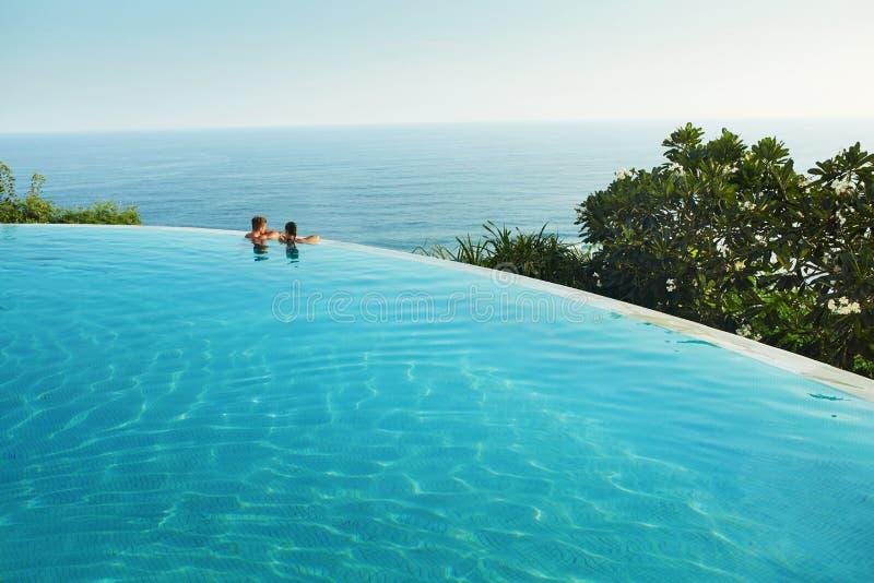 Романтичные каникулы для пар в влюбленности Люди в бассейне лета стоковые фотографии rf
