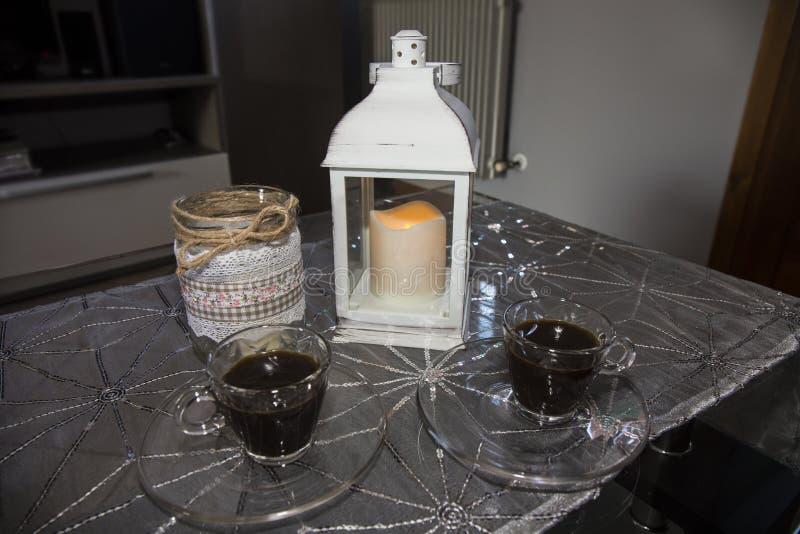 Романтичные кофе приближают к фонарику стоковые фотографии rf