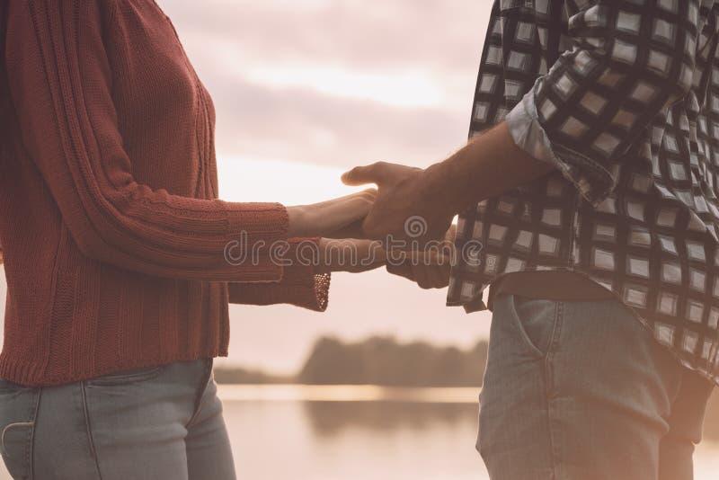 Романтичные любящие пары держа руки стоковая фотография